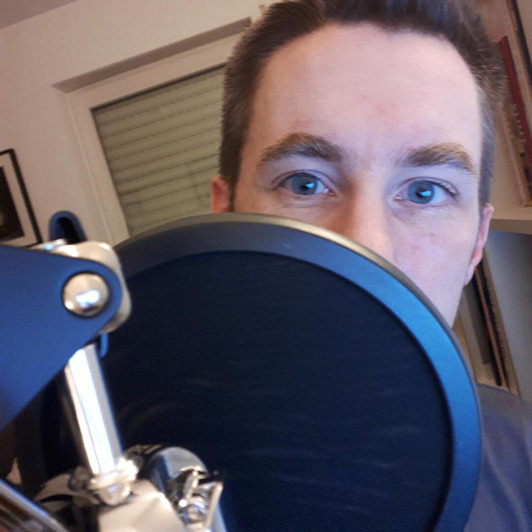 Hinter dem Mikrofon