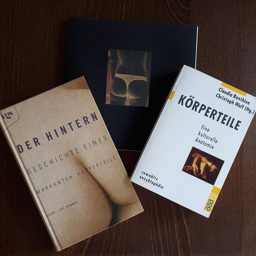 Mein Photozine #5 umringt von den beiden Büchern, auf die ich mich in Folge 4 beziehe